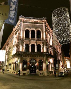 #viennesebuildings #wienercafés #architecture #architecture #weihnachtsbeleuchtung #citylights #wienbeinacht #goldandglitter #igersaustria #igersvienna Café Central Wien