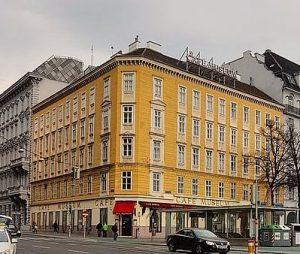 Das Café Museum ist ein traditioneller Wiener Kaffee in Österreich, designt vom berühmten Architekten Adolf Loos und...
