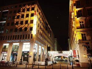 Auch die Ringstraßen Galerien sind wunderschön Weihnachtlich geschmückt..#wienerlinien #wlperspektiven #sogutfährtwien #viennanight #viennapics #viennablogger #viennacalling #viennaaustria #viennalove #viennasightseeing...