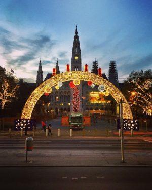 😍#christmasinvienna ✨ #strollingaround #rathausplatzwien #wienerrathaus #december2020 #lockdownlife #christmaslights #christmasdecorations #xmas2020 #weihnachtsflair #10000schritte #keepyourdistance #staysafe #wien🇦🇹 #wienliebe #wienstagram...