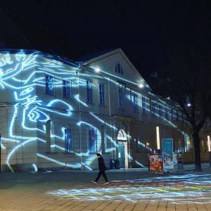 weiß noch nicht mehr aber #Museumsquartier hat eindeutig eine neue #Projektion auf der #Fassade Seite #mariahü //...