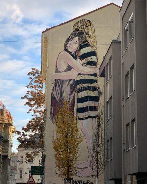 Cuddle 💞 by @janaundjs #graffitiart #graffitivienna #streetart #streetartvienna #mural #muralart #sprayart #spraypaint #cuddle #hugs #vienna Wien, Vienna,...