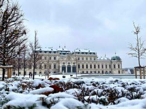 Belvedere Palace, Vienna First snow ⠀ 🇷🇺 Заснеженный Дворец Бельведер в Вене ⠀ #венаавстрия #viennagoforit #vienna_austria #vienna_city...