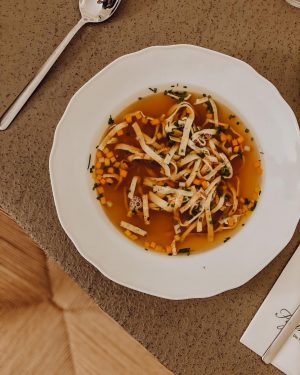 Was gibt es Herrlicheres als ein feiner Wiener Suppentopf klassisch mit Frittaten. Kannst Du bei uns direkt...