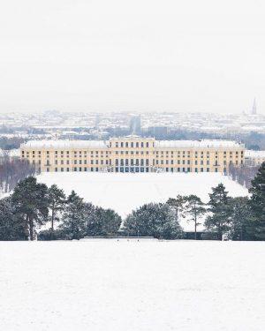 First snow of the year! Such a magical scenery at Schloss Schönbrunn. ❄️⛄️🤩 by @astrid_in_vienna #ViennaWaitsForYou Schloss...