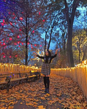 من عاشق این شهرم عاشق حال و هواش تو فصل پاییزم وقتی که برگا میریزن و رنگای...