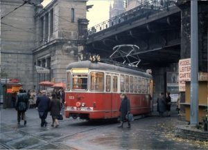 Tür 8: Generationenwechsel bei der Station Josefstädter Straße. Ein Zug der Allerheiligen-Verstärkerlinie 45 wartet bei der Stadtbahn-Haltestelle...