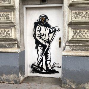 Aufräumen... @edison.wormhole #edisonwormhole #streetartvienna #viennastreetart #wienstreetart #graffitiart #wallsofvienna #publicart #graffitivienna #viennamurals #astronaut #cleaning #kulturblogger #kunstblogger #welovevienna #igvienna...