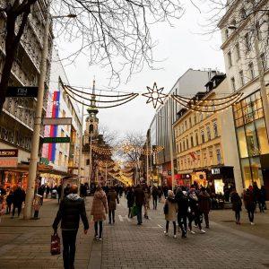 Enjoy shopping 🌲🔆💝🎁🛍 #walkingstreet #mariahilferstraße #christmasshopping #shoppingtime #shoppingqueen #weekend #vienna_austria #vienna #austria