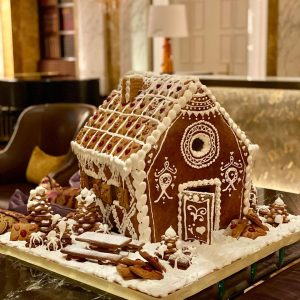 In 🤎 with the gingerbread house of our chef pâtissière Barbara. . #imperialvienna ...