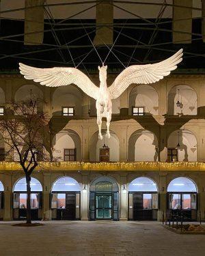The lone flight of Pegasus 🐴✨🎄 #pegasus #spanischehofreitschule #spanishridingschool #horsesofinstagram #christmasdecoration #adventzeit #christmasinvienna #1010wien #historiclocation #beautifuldestinations #europeandestinations...