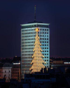 Weihnachtliche Grüße vom Ringturm! 😁 Freut ihr euch schon auf morgen? Durch die Linse von @shingodo #ringturm...