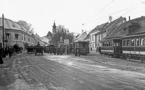 (1913/Wienerlinien/Wiki) Der Name Grinzing ist ein echter -ing-Name, das heißt, er bezeichnet die ...