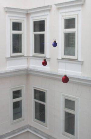 #wien #vienna #zweiterbezirk #leopoldstadt #fenster #facade #weihnachten #vorweihnachtszeit #auchwien #statingtheobvious #existenz #colourphoto #coloursofthecity ...