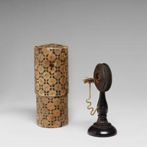 Dieses Einfache Lupenmikroskop aus der Sammlung des Josephinums ist um 1800 in Deutschland hergestellt worden. Diese Form...