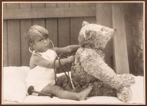 Die kleine Ärztin Steffi untersucht ihren Teddybären in der Wiener Universitäts-Kinderklinik 1921. Das passendende Foto aus unserem...