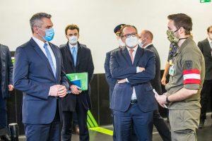 Gemeinsam mit dem österreichischen Bundesheer steht die Exekutive auch weiterhin den Gesundheitsbehörden an ...