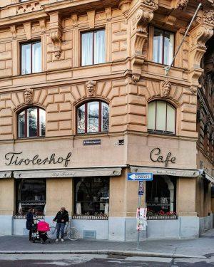 Coronazeit-Kaffeehaustreff #wien#vienna#innerestadt #cafetirolerhof#kaffeehaus #kaffeehausliebe#coffeehouse #peopleofvienna#unserwien #streetsofvienna#meinwien #peoplefoto#streetfotography #unterwegsinwien#wienliebe #stadtwien#wieneralltag #wienerinstitutionen #wiennurduallein#plausch #wiendubistsoschön #wieninzeitenvoncorona #faltersbestofvienna #vintagesign#signlove #schilderliebe