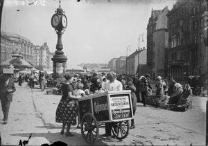 Naschmarkt 1924|2015. Eine Eisverkäuferin verkauft am Naschmarkt