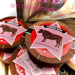 Für den absoluten Klassiker unter Hinks Delikatessen, dem Corned Beef, werden die Fleischstücke vom Tafelstück kernig gekocht...
