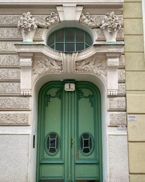 ✨🧚♂️ . . . . #vienna #vienna_city #oldvienna #architecture #architecturelovers #igersvienna #facade #mystery #michaelhuey #viennaartist #americanartist #photography...