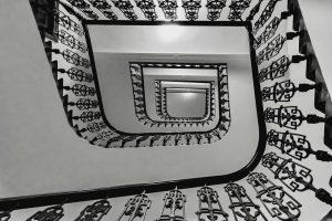 On atteint pas le ciel par un simple saut, Mais nous construisons l'escalier ...