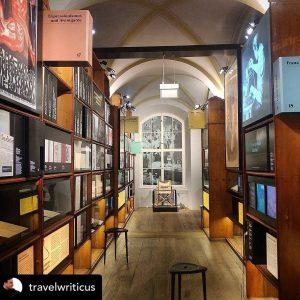 Mit einem guten Buch verkürzen wir uns die Wartezeit, bis das Literaturmuseum wieder ...