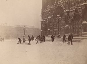 Уборка снега перед Вотивкирхе в Вене 140 лет назад. ❄️❄️❄️❄️❄️❄️ Der Vorplatz der Votivkirche wird geräumt vor...