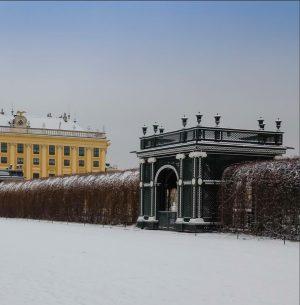 Die Schönheit von Schönbrunn kommt am besten zur Geltung, wenn die einzigartige Architektur inmitten von weißem Schnee...