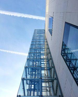#modern #modernart #modernarchitecture #architecture #facade #structure #architecturephotography #geometry #perspective #fluchtpunkt #chemtrails #museumsquartier #wien ...