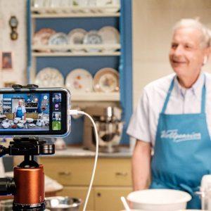 Gruppenbacken statt Gruppenkuscheln lautet die Devise! 🤗🤗🤗 In unsren Live Backkursen lernts ihr direkt in eurer Küche...