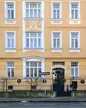 Ausg'kranzt is #wien#vienna#währing #igersvienna#igersaustria #latergram#schöneswien #windows#windowlove #doorsandwindows #meinwien#fassadenliebe #facades#facadelove #streetsofvienna#stadtwien #afterchristmas#wienliebe #nachweihnachten#kränze #wiennurduallein ...
