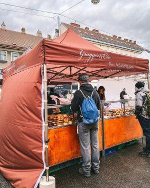 Jeden Samstag findet ihr uns mit unserem Brot und Gebäck auch zwischen den bunten Marktständen des Bauernmarktes...