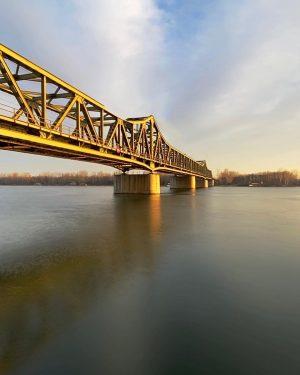 The warm glow of a cold winter morning 🌅 🚴 #praterwien #leopoldstadt #polditown #morningbikeride #danuberiver #bridgesofinstagram #viennawaitsforyou...