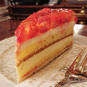 #demel の#イチゴタルト 🍓 #早く食べたい #kukhofzuckerbäckerdemel #strawberrytart #erdbeeretorte #erdbeeren🍓 #いちご #イチゴ #苺 #苺スイーツ #3時のおやつ #ウィーン #wien #vienna #austria...