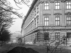 (1897/ÖNB/Wiki) Gartenfront des Albrechtspalais (Albertina), dahinter - noch in Bau - der nordöstliche Teil der neuen Hofburg....