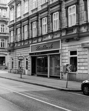 #vienna #filmphotography #filmisnotdead #filmisalive #staybrokeshootfilm #believeinfilm #analogforever #everybodyfilm #ishootfreshfilm #wearefilmfolks #filmshooterscollective #blackandwhite #bnw #streetphotography Sigmund Freud Museum