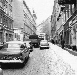 WIENER-WINTER, ANNO 1962/63 In NEUBAUGASSE im 7. Wiener Gemeindebezirk 🌨🌨🌨 Венская зима в 1962/63 году. Нойбаугассе в...