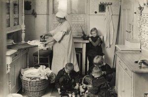 Home Office, 1926. Die Küchenszene zeigt die beengten Wohnverhältnisse in einem Wiener Zinshaus, aufgenommen vom Fotografen Theo...