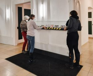 Am Montag wurde, in der ab 9.02.2021 wieder öffentlich zugänglichen Passage, die Ausstellung erneuert. Der Christbaumschmuck durfte...