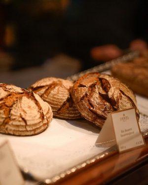 Monday mornings are for fresh ̶s̶̶t̶̶a̶̶r̶̶t̶̶s̶ baked bread with some jam and ☕️. That smell of Demel's...