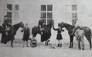 Gemeinsamer Ausritt: auf den Pferden links Kaiserin Elisabeth, in der Mitte Kaiserin Eugénie, rechts Kaiser Franz Joseph...