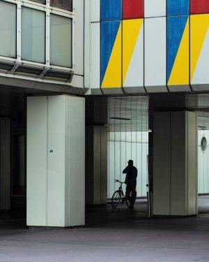 Hätte hätte Fahrradsilhouette • Nikkor 35mm 1.8 • #minimal_streetphoto #eyephotomagazine #spi_colour #spi_silhouettes #spi_collective #streetphotography #streetsofvienna #streetsineurope #deceptive_cities...