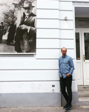 2019 Yazı, Freud'un Viyana'da ki ilk muayenehanesinin girişinde kendisiyle beraberiz:) Teorisine katıldığınız ya da katılmadığınız noktalar olabilir...