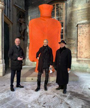 Mit Erwin Wurm, Dompfarrer Toni Faber und Megawärmeflasche vor dem Stephansdom