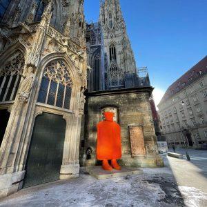 Die Wärmeflasche des österreichischen Künstlers @erwinwurm steht während der Zeit des Fastens beim Wiener Stephansdom und für...