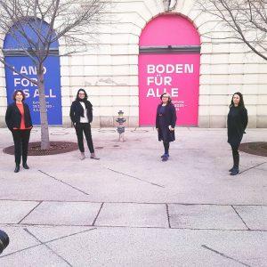 """Kulturstaatssekretärin #AndreaMayer besuchte gestern unsere Ausstellung """"Boden für Alle"""", die das Thema Bodenpolitik ..."""