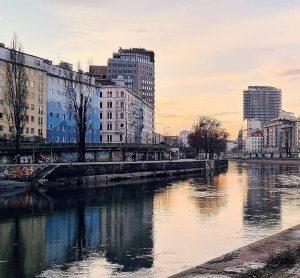 Zugegeben, die schönen blauen Wellen im Donaukanal sind lediglich Ergebnis einer Spiegelung der ...