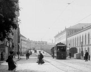(1905/Wienerlinien/Wiki) Hintere Zollamtstraße, benannt 1862 nach dem 1840-1844 von Paul Sprenger errichteten Zolloberamtsgebäude (rechts im Bild). Das...
