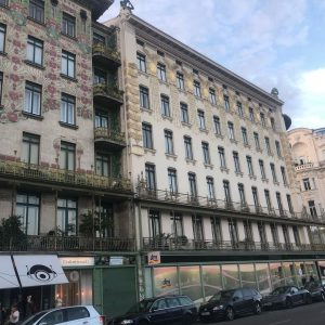 Love this hollering woman on the top of one of #ottowagner 's Vienna apartment buildings Flohmarkt am...